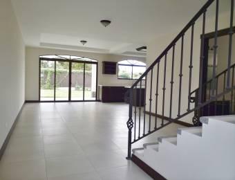 CityMax vende hermosa y amplia casa en San Isidro Heredia, 1 km del Cementerio