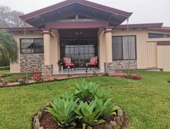 Casa con gran area verde y vista al valle central