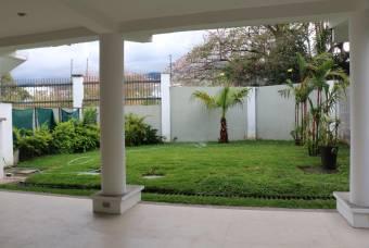 Venta de Casa en Guachipelín, Escazú. 20-984a
