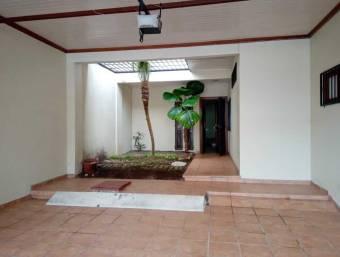 Alquiler de casa en Curridabat, Ifreses. 2 estacionamientos, 3 dormitorios, 2.5 baños.