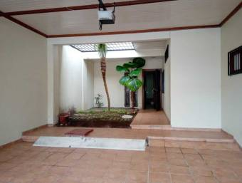 House for sale in Curridabat, Ifreses. 2 parking spaces, 3 bedrooms, 2.5 baths.