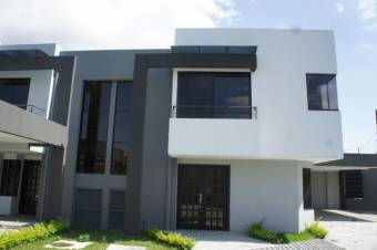 se alquila espaciosa casa de dos plantas y patio en Bosque de Doña Rosa 21-1524
