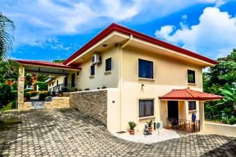 Casa Estilo Campestre Cuidadosamente Renovada con Acabados de Alta Gama
