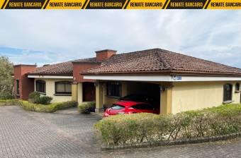 Hermosa casa grande en condominio con amplio terreno en San Isidro, Heredia