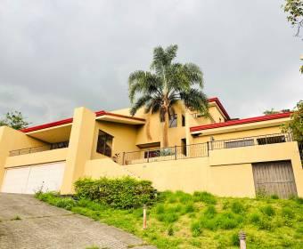 Spectacular house in the Hacienda Los Bambúes condominium. Bank auction.