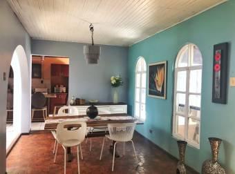 Amplísima casa con terreno libre y apartamento adjunto a la venta