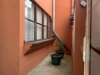 Estupenda propiedad de inversión con una casa y dos apartamentos en Zapote Centro. #20-694