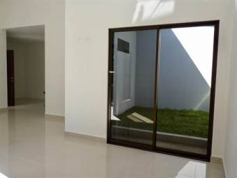 Nueva casa estilo moderna en pequeño residencial