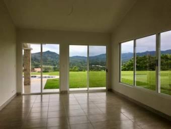 Grande casa con vistas en residencial Roca Verde