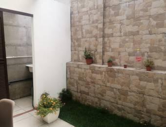 Casa de dos plantas en Condominio Hacienda Las Flores!!