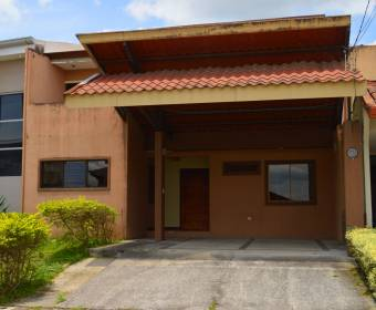 Beautiful 2-story house in Curridabat Lomas de Granadilla condominium. Bank auction.