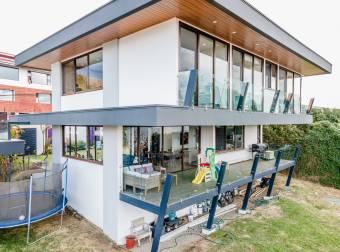 Se Vende Hermosa Casa Moderna de Vidrio en Guachipelín dentro de Loma Real