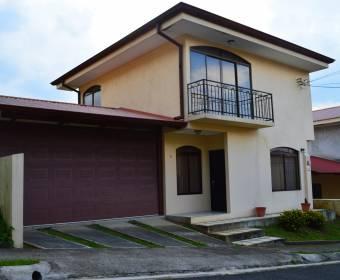 Beautiful 2-story house in the Altos de Moravia condominium. Bank auction.