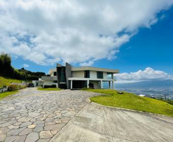 Beautiful mansion in Escazú. Bank auction.
