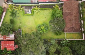 Se vende casa con jardines