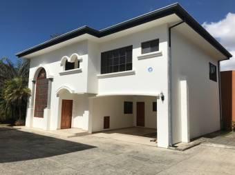 #2144, En venta casa de dos niveles en Lomas de Ayarco Sur