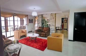 Casa de Lujo de 440 m2, Lomas de Ayarco Sur, Curridabat