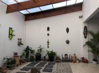 Venta de amplia casa de una planta en  Montealegre, Zapote.