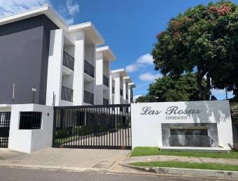 Venta Casa de 3 Pisos en Condominio Las Rosas, Tibás.