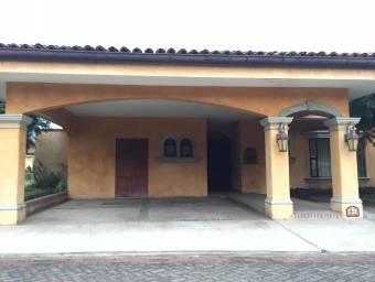 Casa en venta en lindo condominio