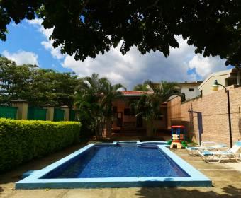 Hermosa casa de 2 plantas en condominio en Alajuela. Remate bancario.