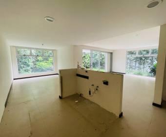 Hermosa casa de 3 niveles en condominio en Santa Ana. Remate bancario.