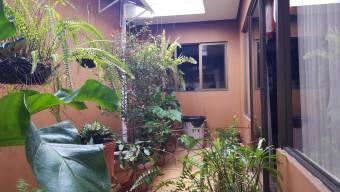 Se vende amplia casa en San Francisco.Acabados de madera, excelente ilimunacion y ubicacion 20-434