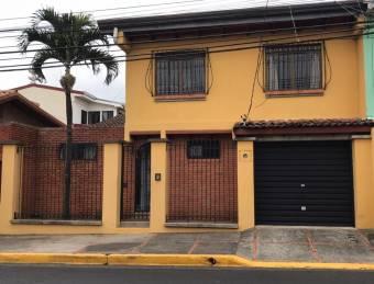 Se vende espaciosa casa en Heredia Centro 21-2441