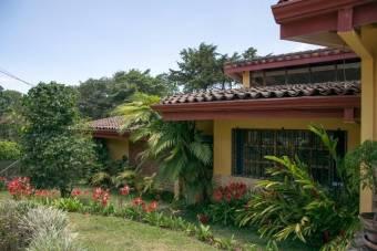 se vende espaciosa casa con lote de 1640 en San Rafael Montes de Oca 22-82