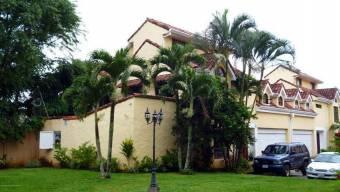 se vennde espaciosa casa cerca del banco Nacional en San Rafael Escazu 21-66