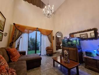 Venta de casa en exclusivo condominio en Cartago.