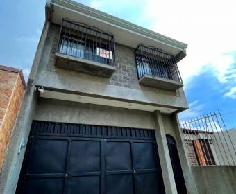 Hermosa casa de 2 plantas en residencial en La Uruca.