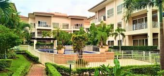 Se vende lujoso apartamento en exclusivo condominio a 100 metros del banco Nacional 22-259