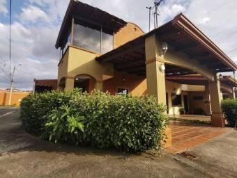 Se vende espaciosa casa esquinera con patio grande en Mercedes Sur Heredia 21-1306