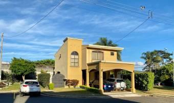 Se vende casa con patio grande muy cerca de Mall Oxigeno 21-2486