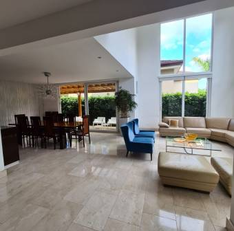 Escazú / Beautiful / 4 bedrooms / Modern / Mountain climate / Strategic location