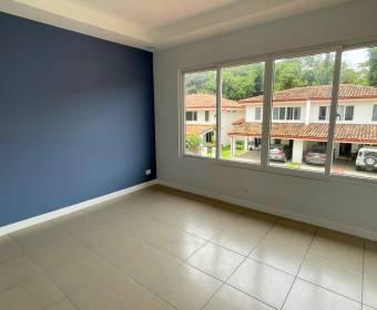 Hermosa casa de 2 plantas en condominio en Ciudad Colón. Bien adjudicado bancario.