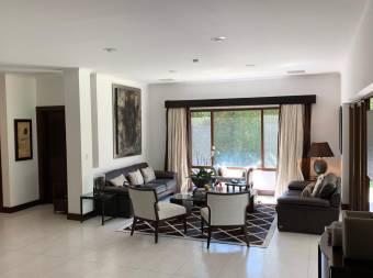 Espectacular Casa en Exclusivo Condominio en Santa Ana