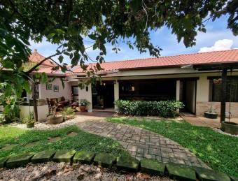 Trejos Montealegre / 1 Floor / Large Garden / Remodeled