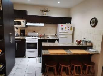 Venta de casa con 2 apartamentos en la 2da planta, OPORTUNIDAD DE INVERSIÓN.