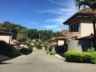 Hermosa Casa en Guachipelín de Escazú, con hermoso jardín periférico, en sus 220 mts de construcción