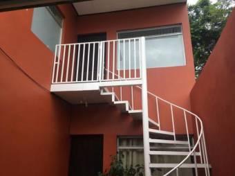 Oportunida de invercion, hermosa casa que cuenta con dos apartamento uno arriba del otro excelente p