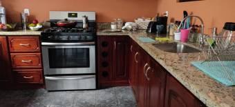 Viva en una amplia Casa en el centro de Guapiles CG 19-740