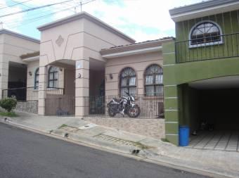 Linda casa dentro de un conjunto privado en Alajuelita CG 19-1586
