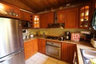 Se vende casa con excelente ubicacion en precio GANGA en pozos de Santa Ana. 19-1343