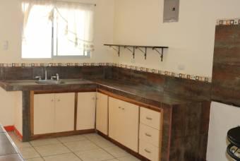 Se alquila apartamento semiamueblado en Sabanilla