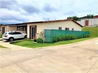 se vende Hermosa casa esquinera con 34m2 de patio apenas un año de uso 19-1371