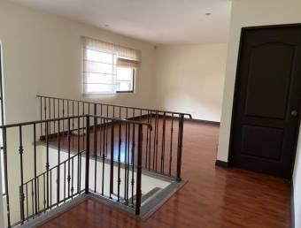 se alquila espaciosa y fresca casa con zona verder  en guacipelin Escazu 21-272