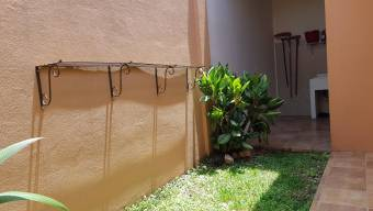 se vende espacio casa con jardin en guachipelin de Escazu 20-436